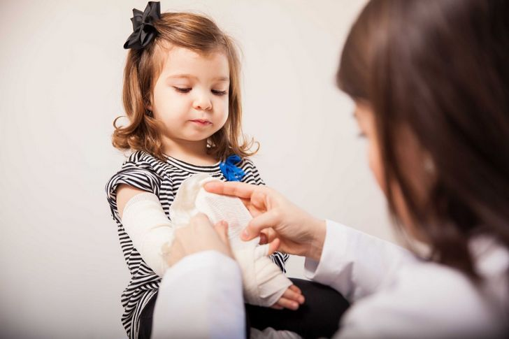 Диагностика, лечение и последствия вывиха руки у ребенка