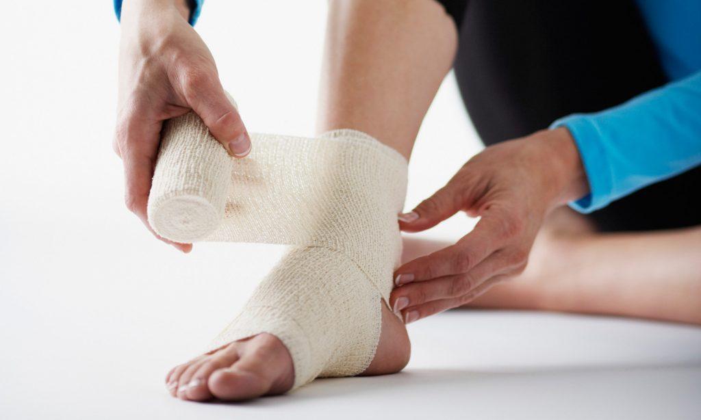 Как правильно подобрать эластичный бинт и как сделать бандажирование голеностопного сустава