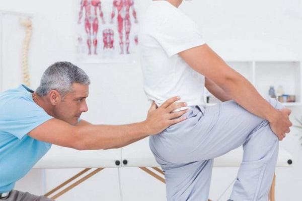 женщина делает массаж потом трпхает его