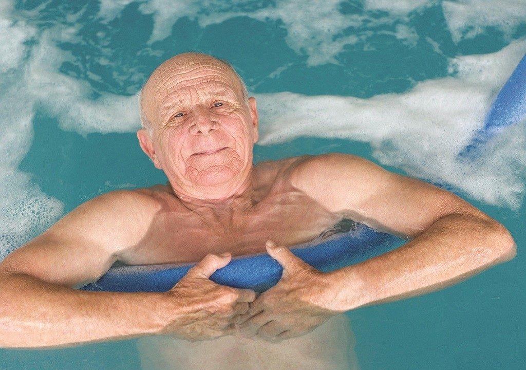 Лечение грыжи поясницы с помощью плавательных упражнений