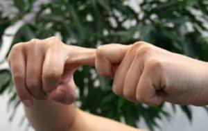 Привычка хрустеть пальцами несет ли какой-то вред