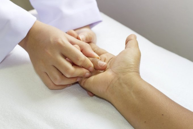 Как оказать помощь при открытом и закрытом переломе пястной кости