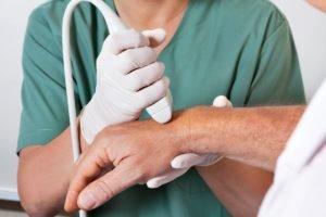 Первые симптомы ревматоидного артрита пальцев рук и методы борьбы