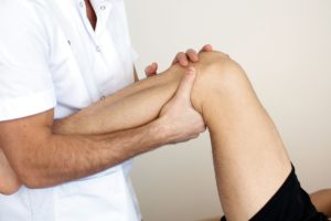 Возможные причины возникновения хруста в коленях и методы терапии
